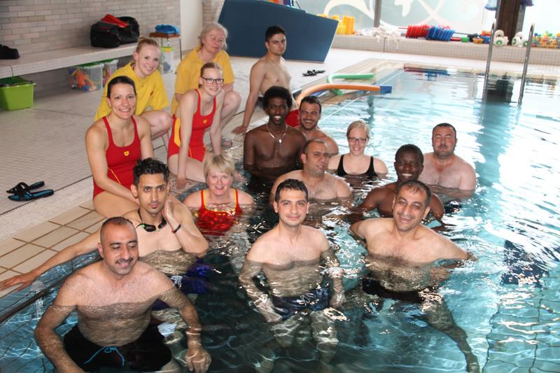 Schwimmkurs für Flüchtlinge - Einzelunterricht mit Ute Ridderbusch (Foto: DLRG Münster / Sandbaumhüter)