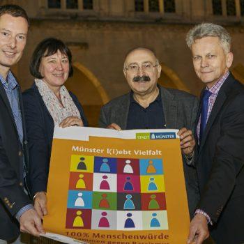 """Gruppenbild mit """"Wochen gegen Rassismus""""-Plakat"""