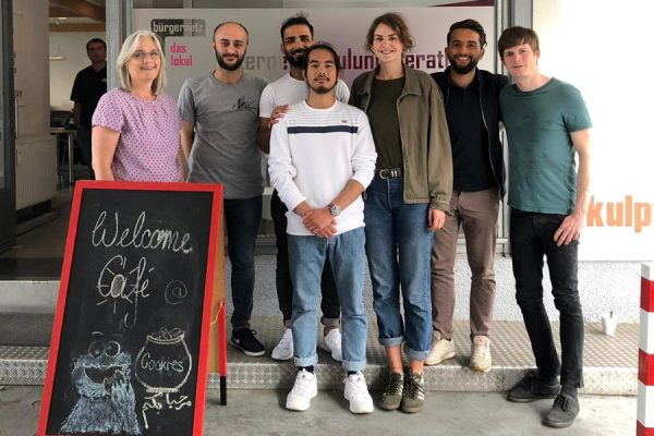 Das Orga-Team des Welcome Cafés vor dem Bürgernetz-Lokal