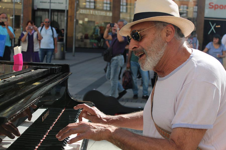 Mann spielt Klavier