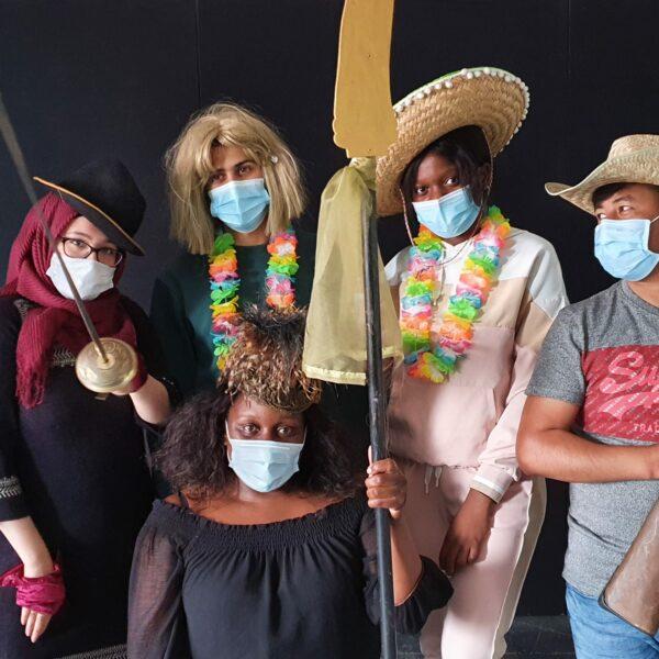 Kostümierte Jugendliche beim Theaterlabor (For: Cactus Theater)